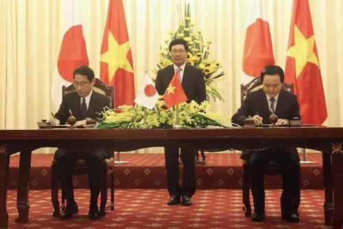 Bộ trưởng Ngoại giao Nhật Bản Fumio Kishida và Bộ trưởng Bộ GD&ĐT Phùng Xuân Nhạ ký công hàm dưới sự chứng kiến của Phó Thủ tướng, Bộ trưởng Bộ Ngoại giao Phạm Bình Minh